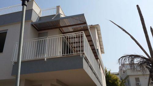 פרגולה-תלויה-במרפסת-שמש